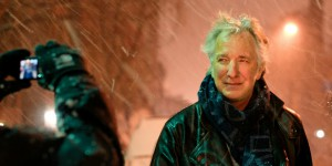 Alan Rickman posing for a fan (2011) | Picture: © Marie-Lan Nguyen / Wikimedia Commons